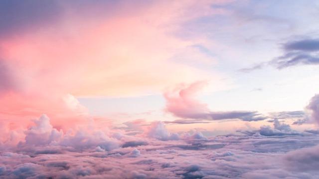 Pembe Renkli Gökyüzünde Inci Sözlük